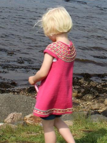 e67bbf91 Lillepigens farvelade-kjole - Opskrifter